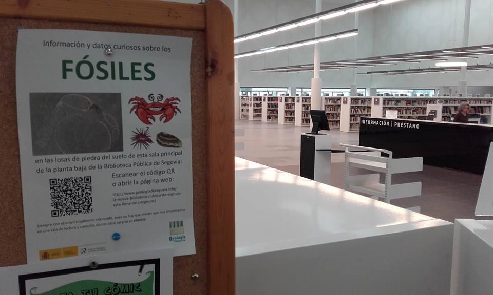 Cartel codigo QR en la biblioteca