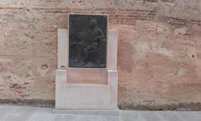 Plaza de la Trinidad, monumento al Marques de Lozoya