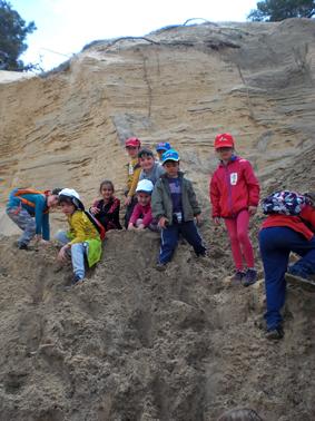 Geolodia Segovia 16, Grupo de niños en la arena