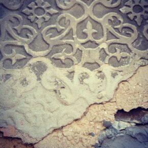 El color de las arenas condiciona hasta algo tan segoviano como el esgrafiado