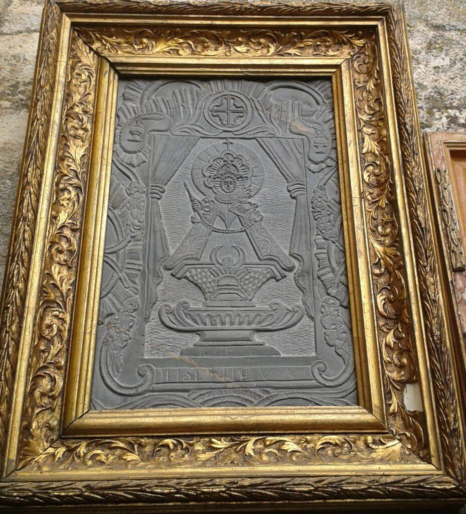 La imagen tiene un atributo ALT vacío; su nombre de archivo es Talla-en-pizarra-de-la-Virgen-de-la-Soterraña-enmarcada-929x1024.jpg